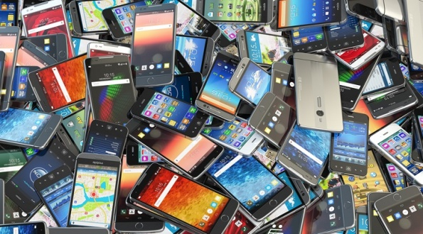 smartphone-pile-old-phone-junk